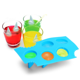 The ice cubes mold Ice Box Ice Tray