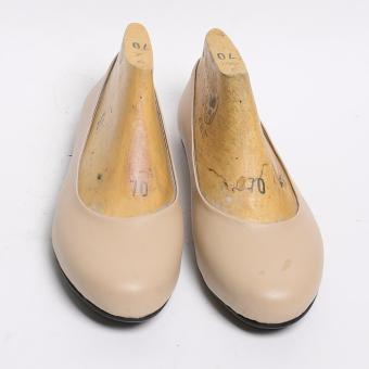 Doll Me Up Shoes Abbet's Fashioned Flats (Cream)