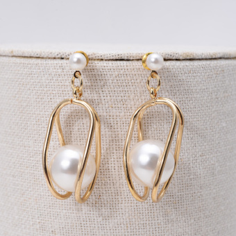 Cool European and American style exaggerated porous geometric earrings pearl stud